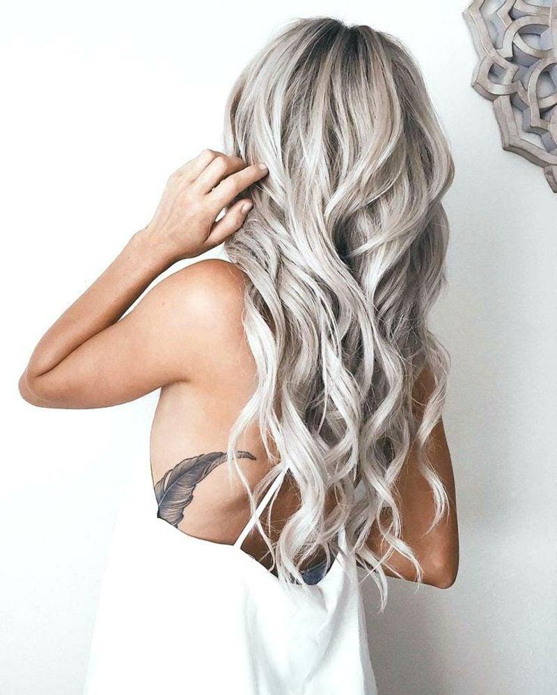 Haarfarbe Silberblond herrliche Lockenfrisur lange haare