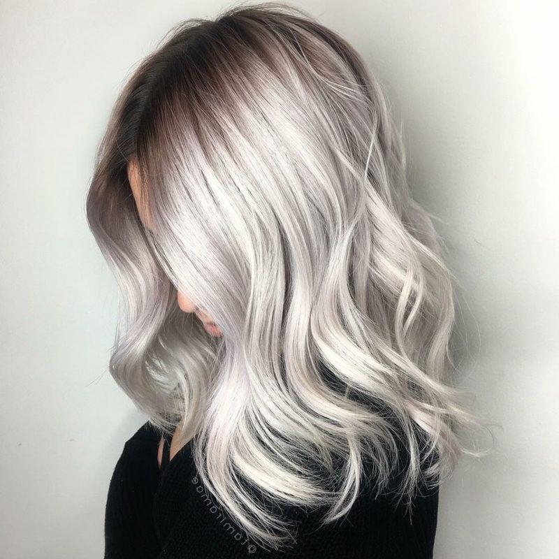 Haarfarbe Silberblond stilvoller Look dunkler Haaransatz