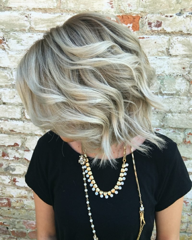Haarfarbe Silberblond romantische Locken Volumen