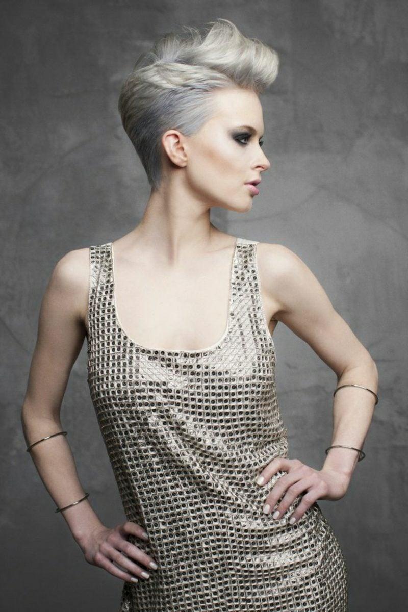 Haarfarbe Silberblond graue Note Kurzhaarfrisur stilvoll