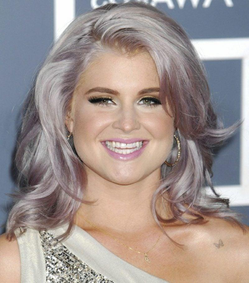 Haarfarbe Silberblond rosa Schimmer mittellange Haare
