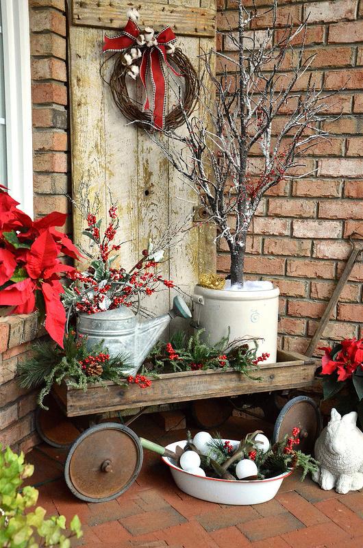 Weihnachtsdeko draußen: Das Fuhrwerk in echtes Herzstück verwandeln