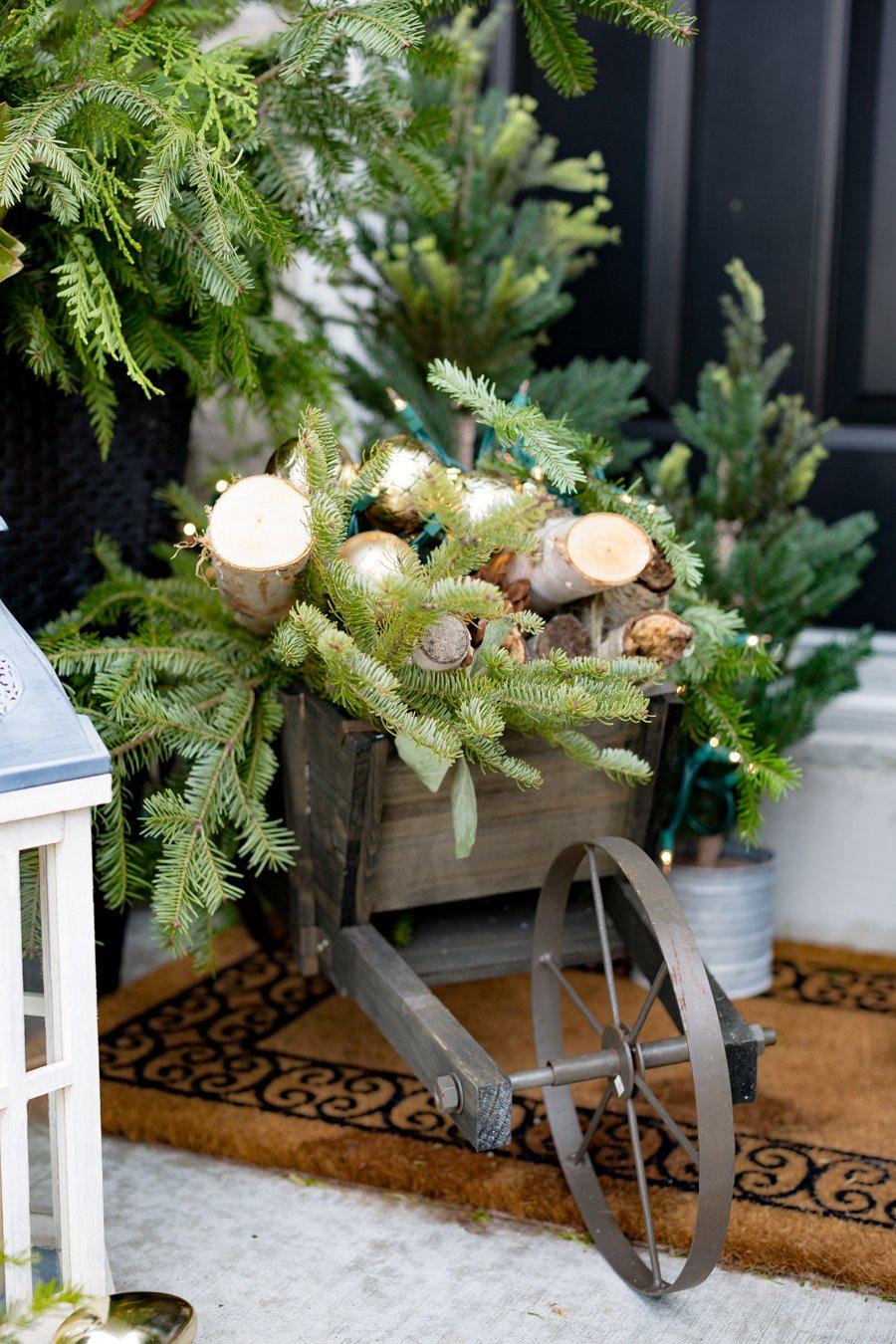 Kreative Ideen für Weihnachtsdeko draußen: Fuhrwerk mit Brennholz als Weihnachtsdeko draußen