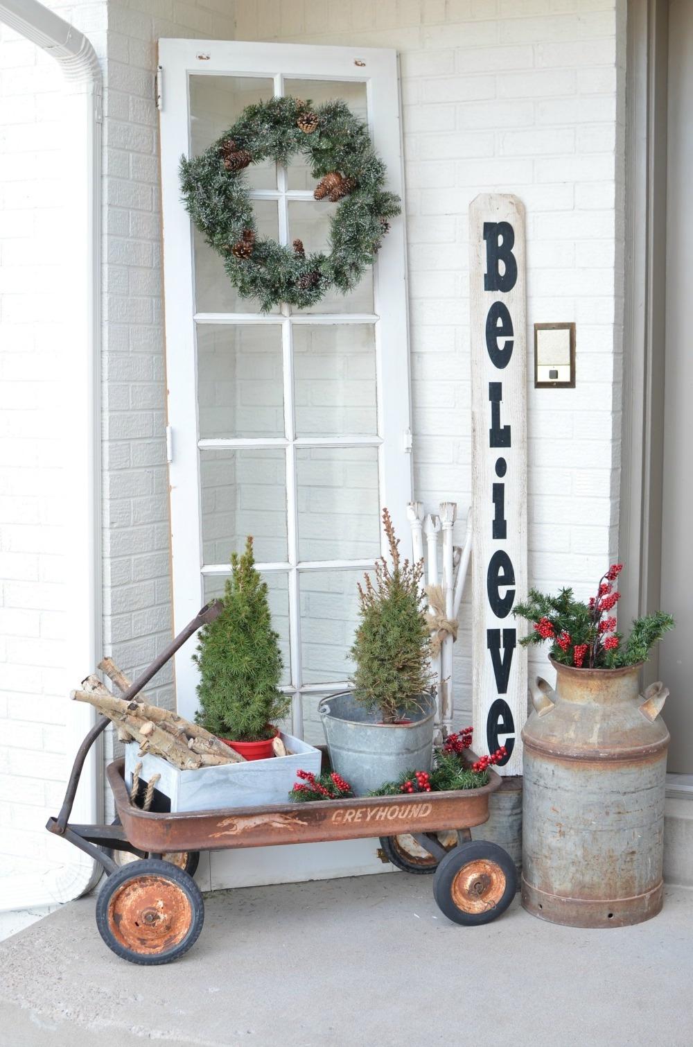Weihnachtsdeko draußen im industriellen Stil
