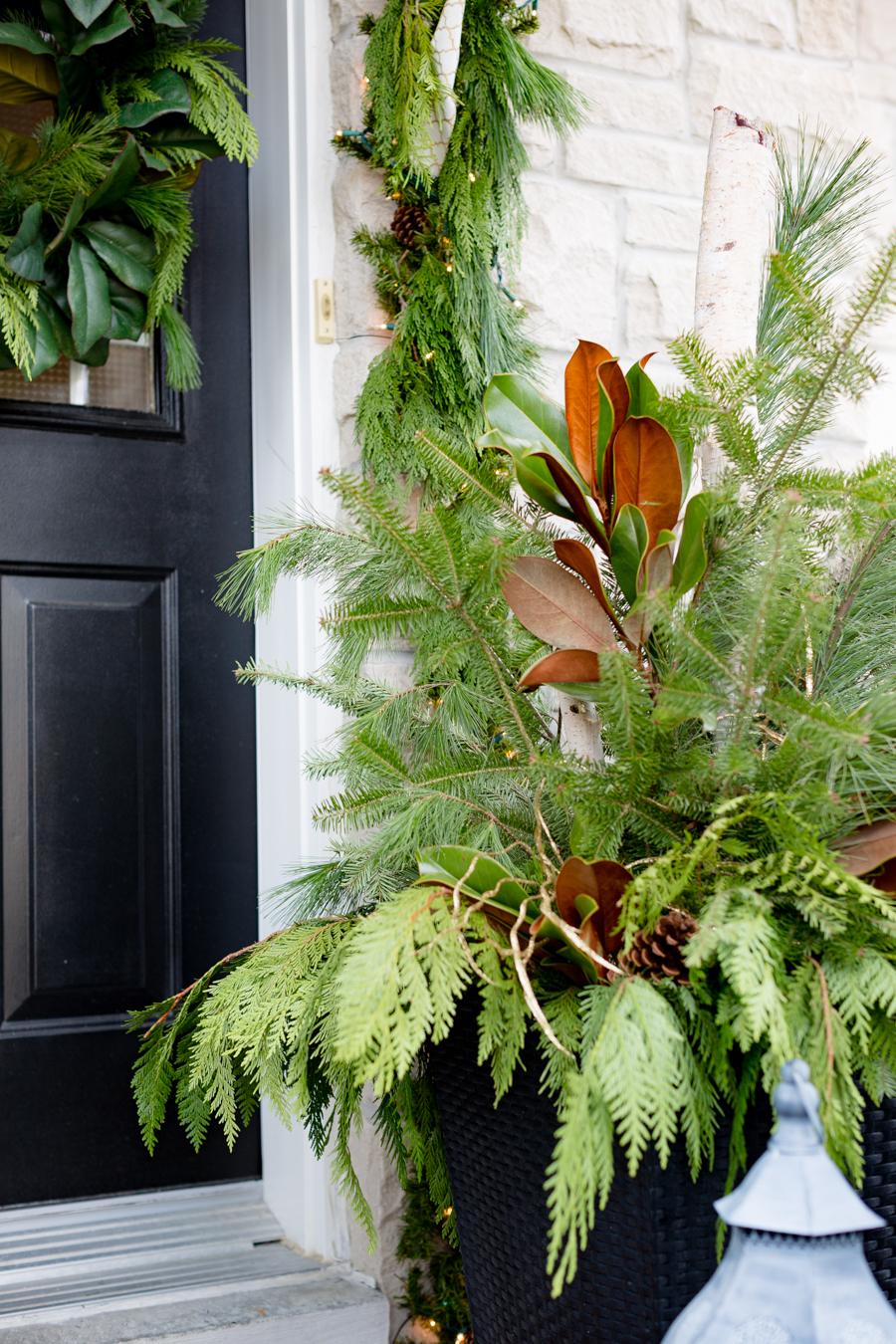 Tipps für eine herrliche Weihnachtsdeko draußen: Zieren Sie die Blumentöpfe auf der Veranda