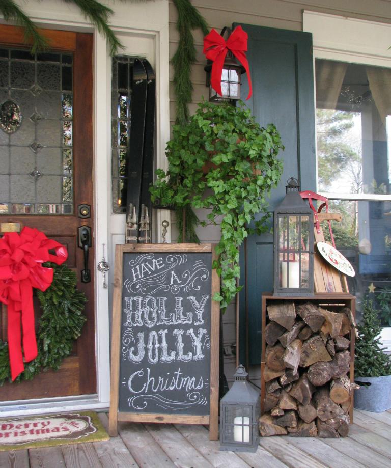 Setzen Sie auf Dekorationselemnte und -figuren, die an Weihnachten erinnern- mit Brennholzlager, Ski, Laternen, Schlitten dekorieren