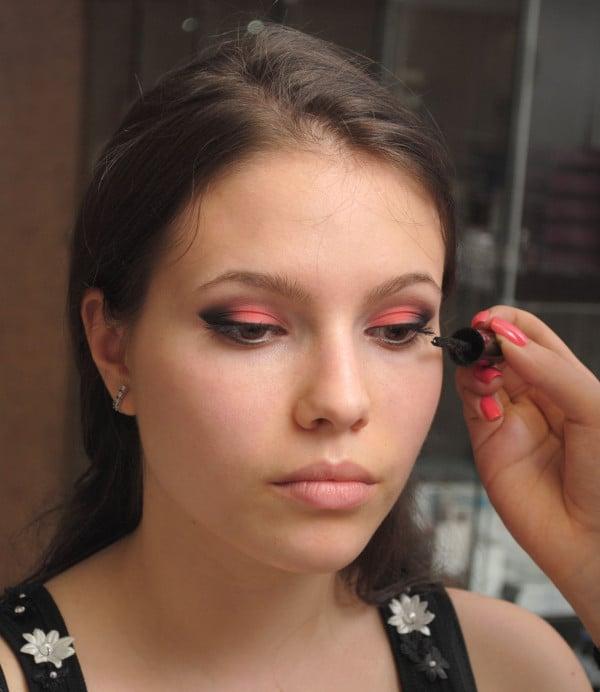 braune Augen schminken Lidstrich im Augenwinkel auftragen