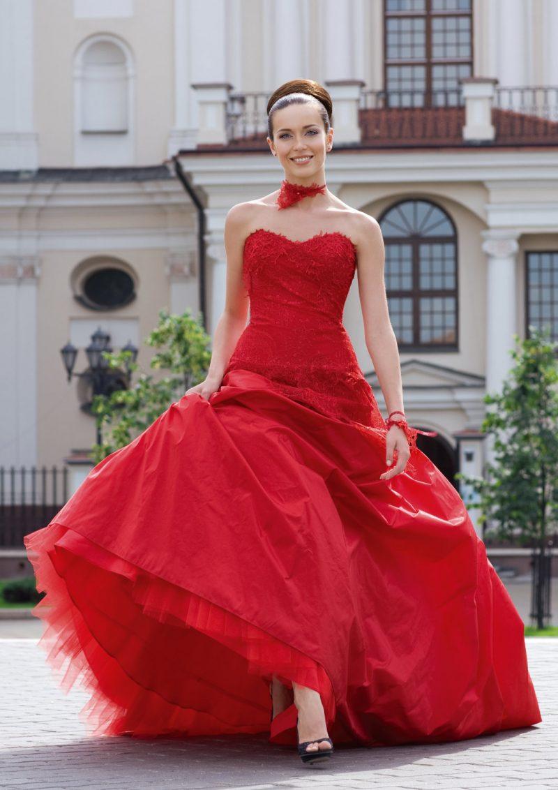 rote Brautkleider breiter Rock hochgesteckte Haare