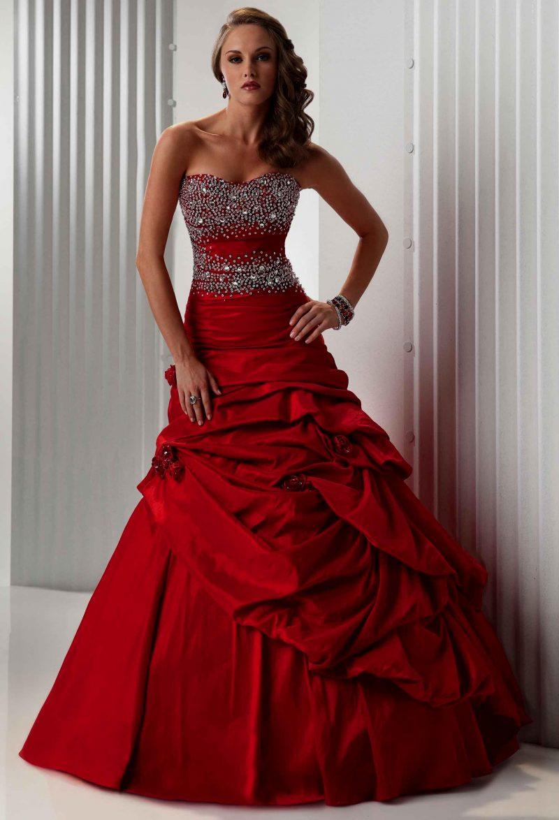 rote Brautkleider mit Strasssteine verziert