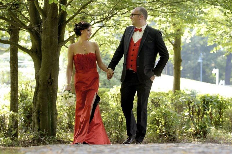 rote Brautkleider schulterfreies Modell mit Schlitz