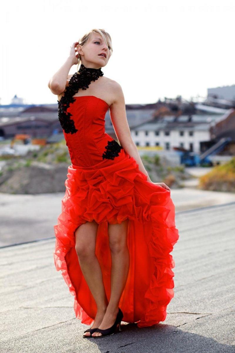 rote Brautkleider Modell in Hellrot schwarze Verzierungen