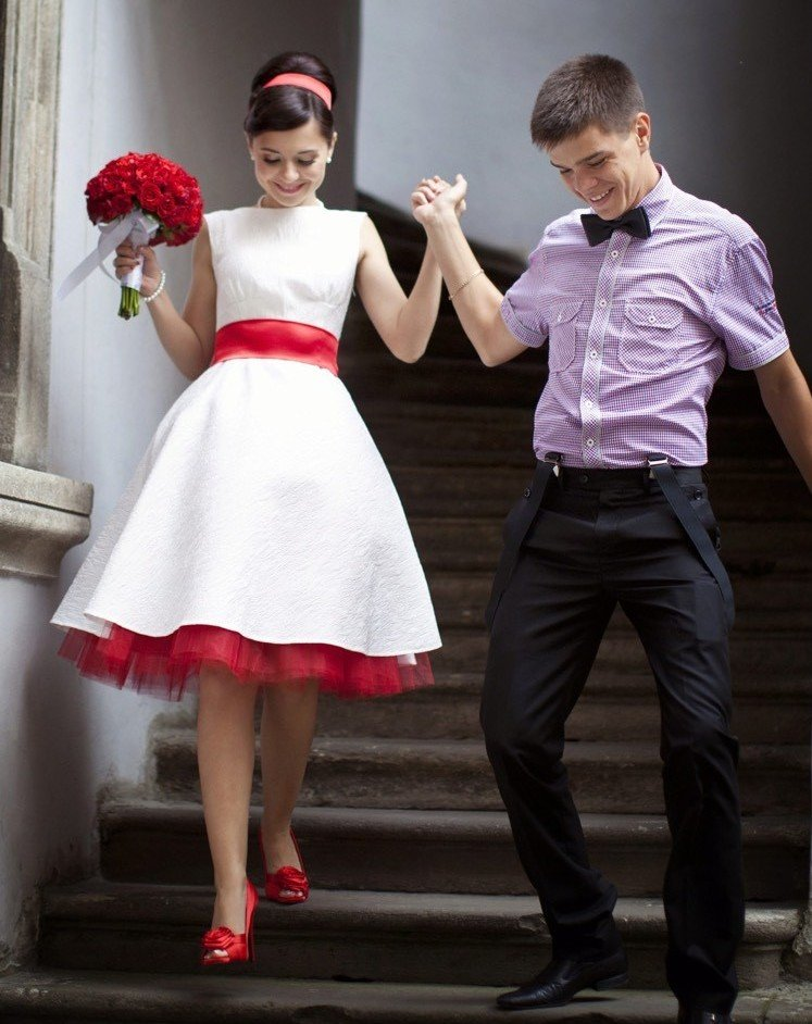 rote Brautkleider weißes Kleid mit roten Akzenten