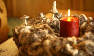 Adventsdeko basteln Adventskranz Deko Pilze golden rote Kerze
