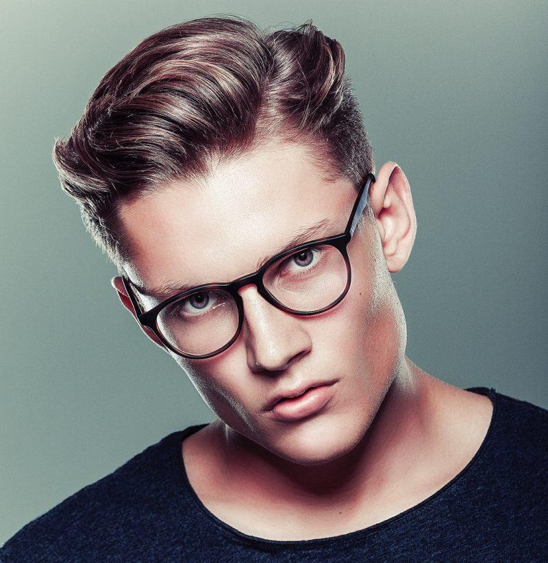 Seitenscheitel richtig stylen stilvolle Frisur mit Brillen Mann