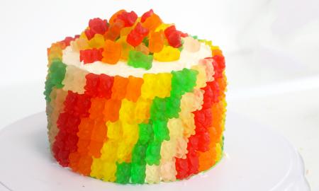 Gummibärchen Torte backen und verzieren