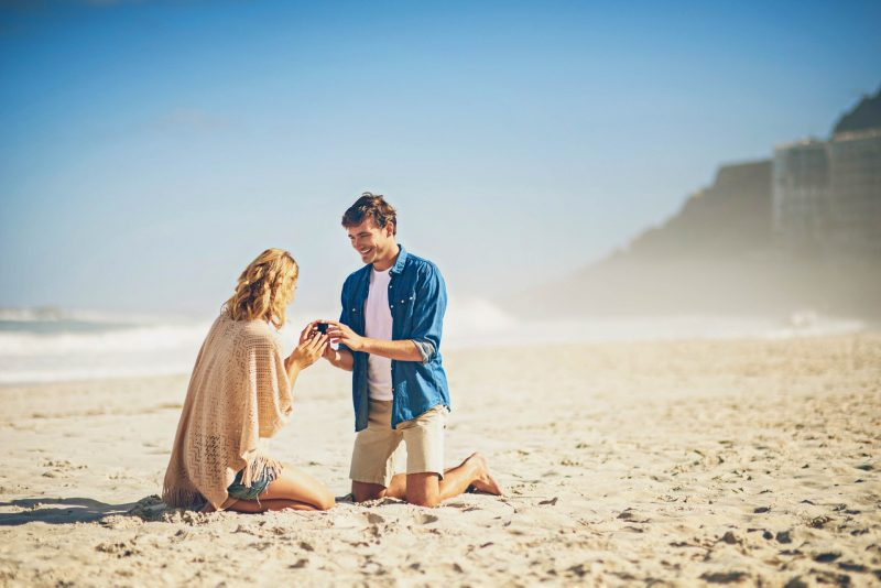 Hochzeitsantrag am Strand romantisch