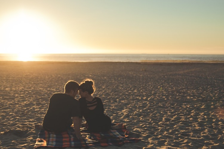 Hochzeitsantrag romantisch Strand Sonnenuntergang