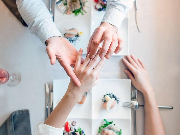 Hochzeitsantrag romantisches Abendessen zu zweit