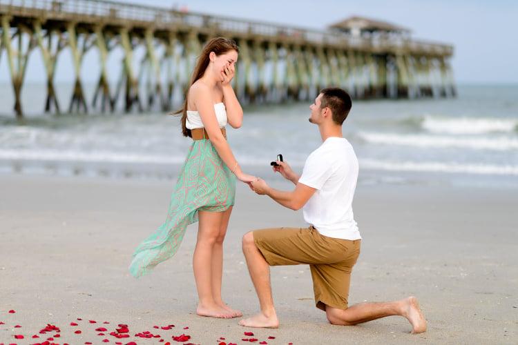 Hochzeitsantrag romantisch Rosen Strand