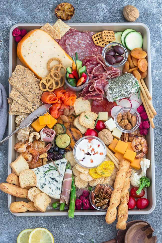 Käseplatte dekorieren Oliven Crackers Knäckebrot
