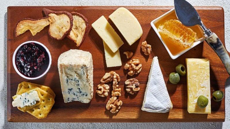 Käseplatte dekorieren Honig und Walnüsse