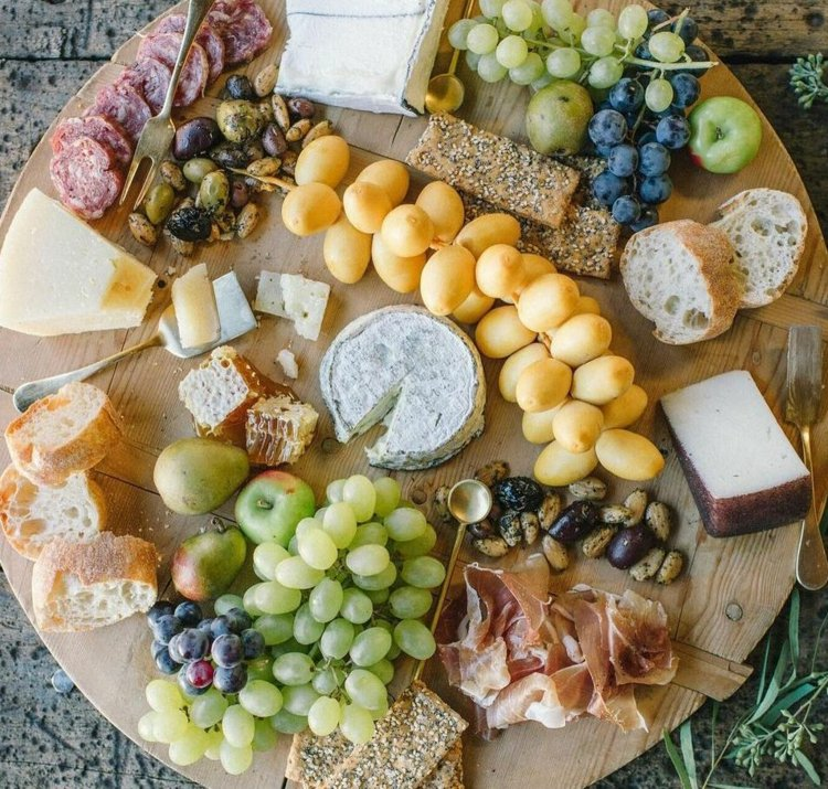 Käseplatte dekorieren Knäckebrot Weintrauben Salami