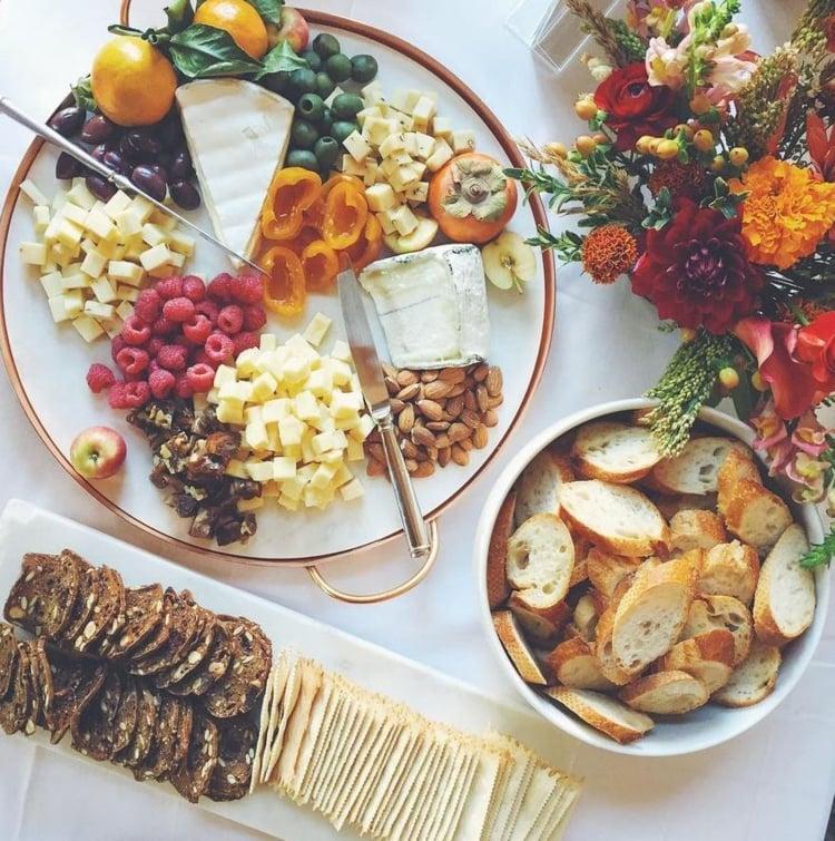 Käseplatte dekorieren Himbeeren Nüsse Knäckebrot