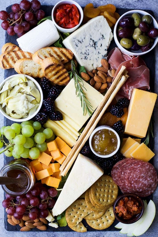 Käseplatte dekorieren Nüsse Oliven Trauben