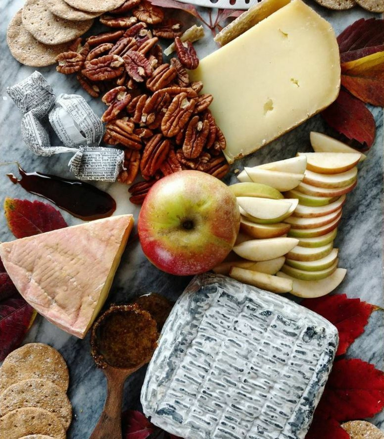 Käseplatte dekorieren Apfel Pekannüsse