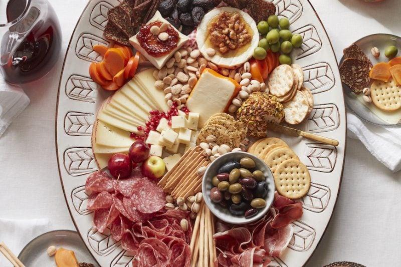Käseplatte dekorieren Fleischspezialitäten Knäckebrot