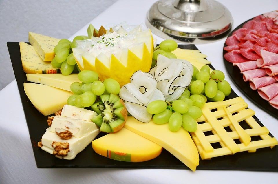 Käseplatte dekorieren Kiwi Trauben herrlicher Look