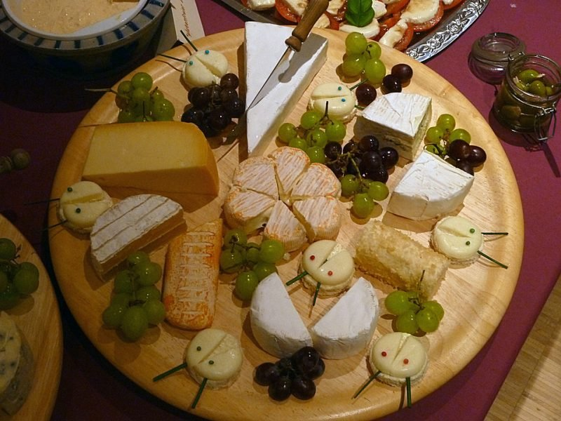 Käseplatte dekorieren gross Weintrauben