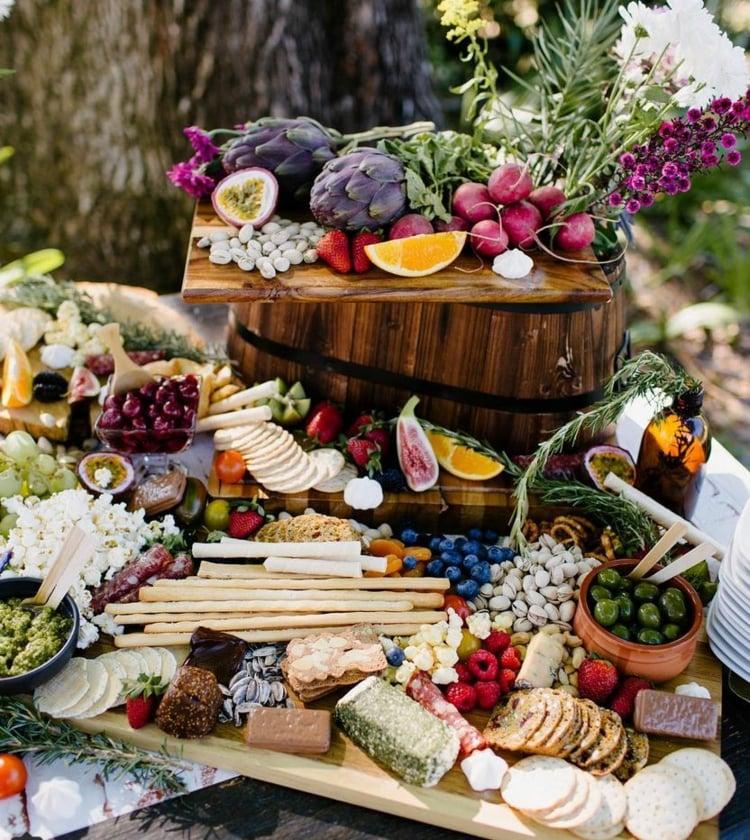 Käseplatte dekorieren und servieren Früchte Gemüse
