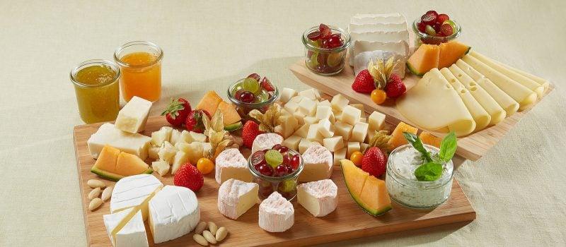 Käseplatte dekorieren frische Früchte