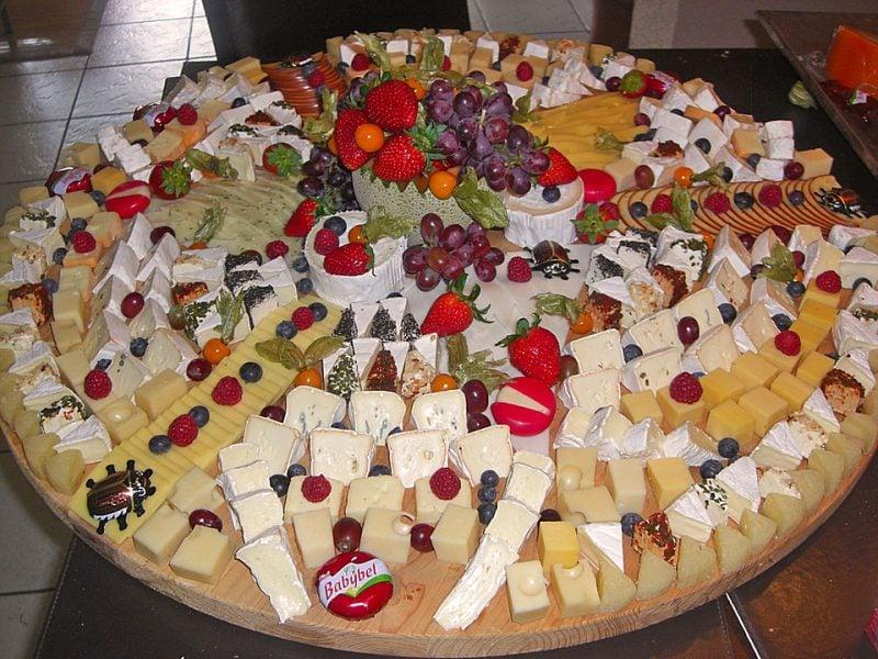 Käseplatte dekorieren ross frische Früchte