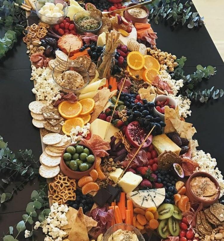 Käseplatte dekorieren Zitrus-Früchte Oliven