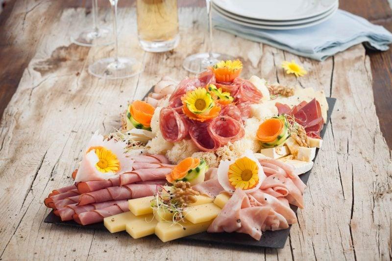 Käseplatte dekorieren Fleischspezialitäten