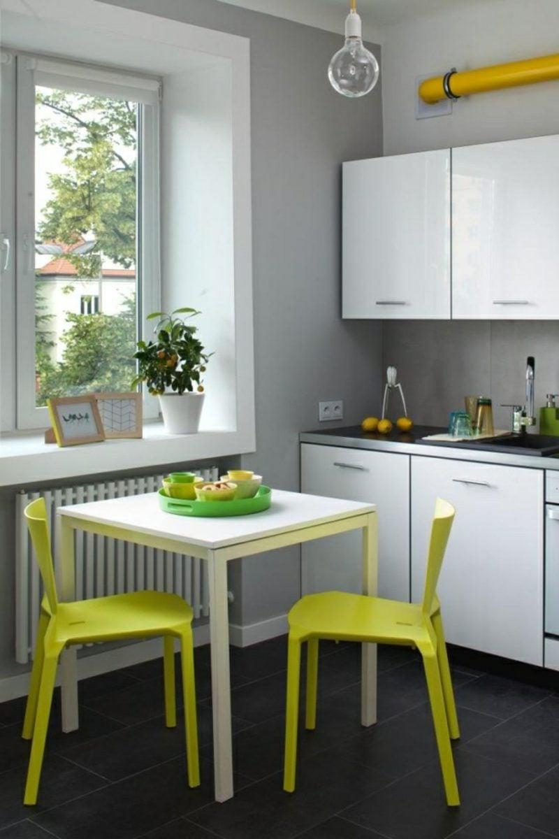 Küche streichen neutral Grau gelbe Stühle