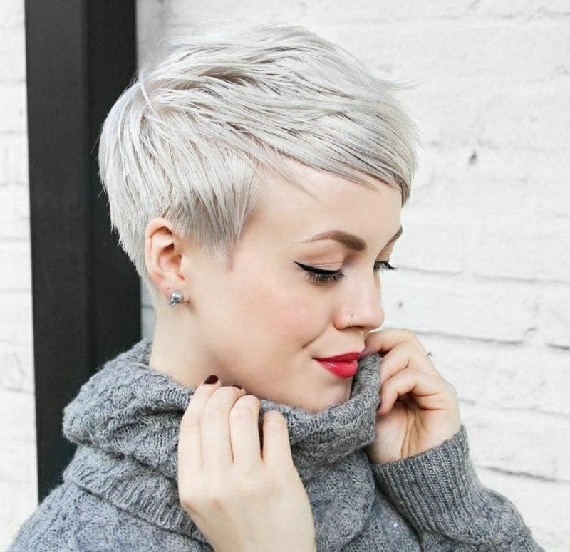 freche Kurzhaarfrisuren Pixie Cut Haarfarbe Silberblond