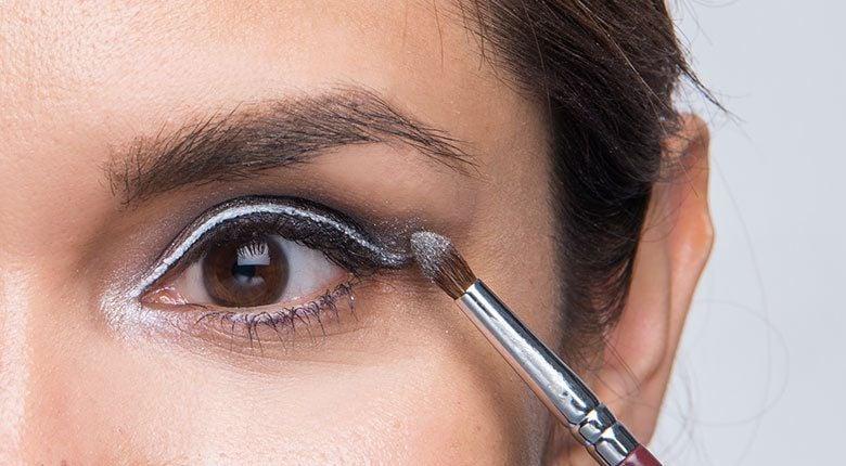 braune Augen schminken Lidschatten auftragen Pinsel