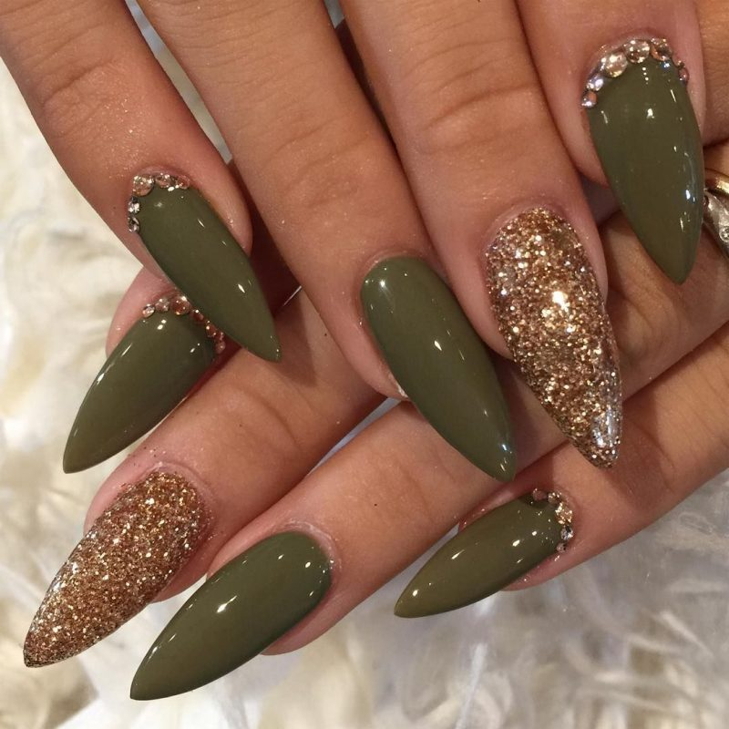 Stiletto Nails olivgrün golden sehr stilvoll