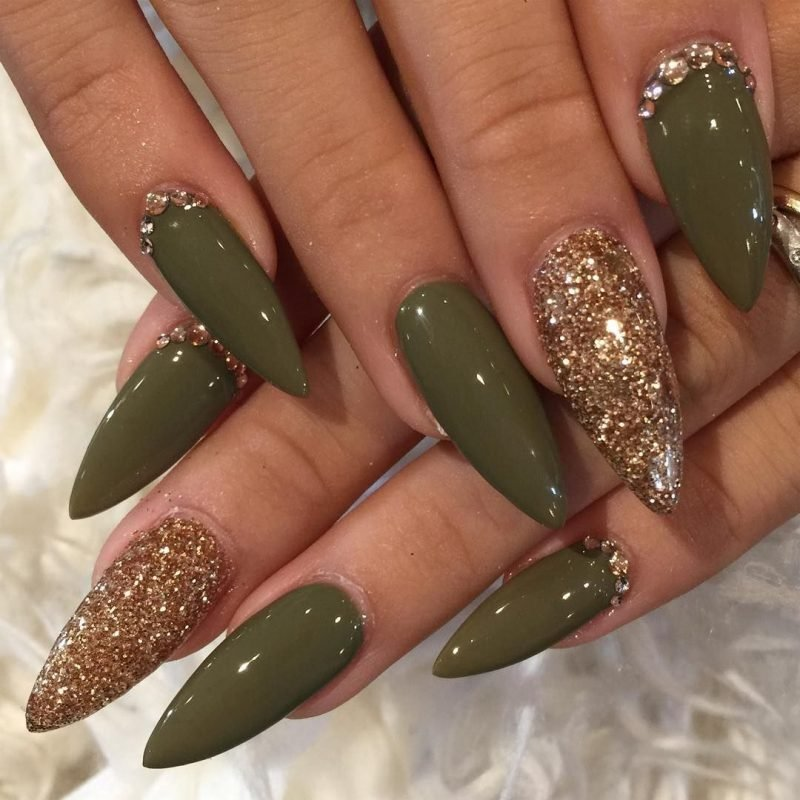 Stiletto Nails olivgrün golden sehr stilvoll