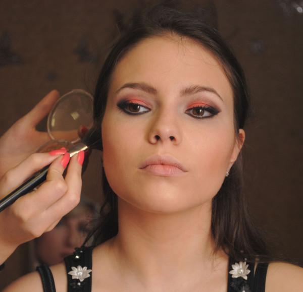 braune Augen schminken Rouge auftragen Gesichtskonturen
