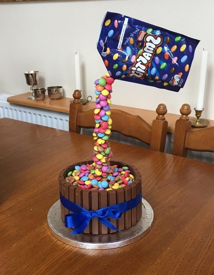 Gravity Cake mit Smarties herrlicher Look