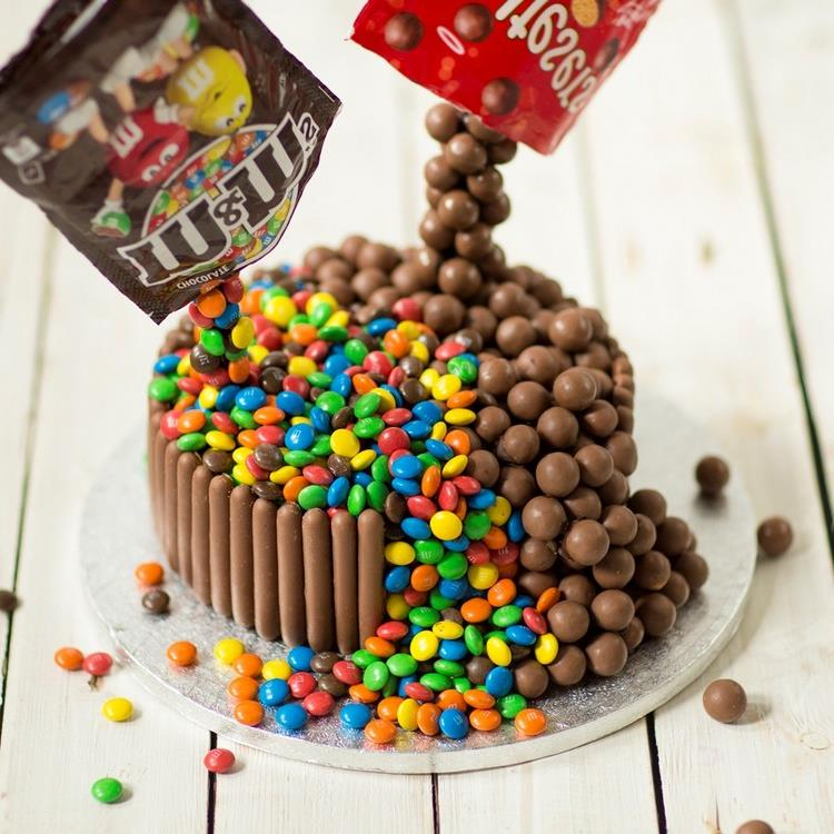 Gravity Cake Smarties and M&Ms Wow Effekt