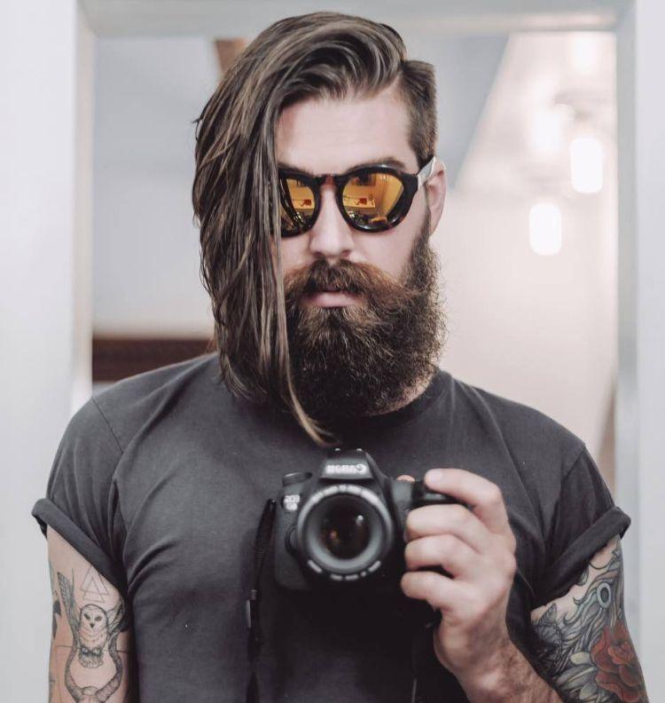 Seitenscheitel richtig stylen extravagant langes Haar Bart