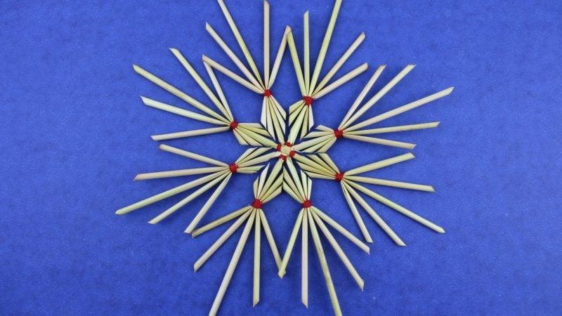 Strohsterne basteln eindrucksvolle Muster Weihnachtsdeko