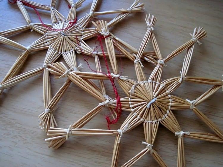 Strohsterne basteln und aufhängen Weihnachten
