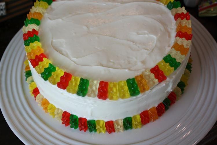Gummibärchen Torte mit weisser Sahnecreme