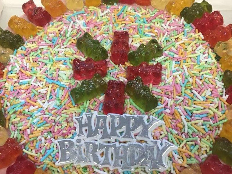 Gummibärchen Torte eindrucksvoll dekorieren Konfetti